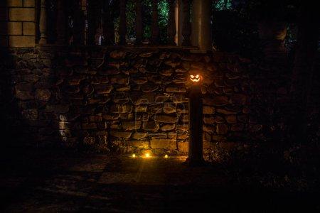 Photo pour Citrouille d'Halloween. Citrouille d'Halloween sculptée qui brille dans le noir. Plan extérieur - image libre de droit