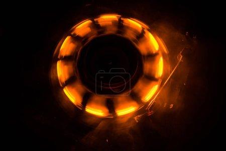 Photo pour Concept de la musique de Dj. Sentier de feu et de fumée sur disque vinyle. Gravure de disque vinyle. Platine vinyle platine tourne-disque sur fond sombre. Mise au point sélective - image libre de droit