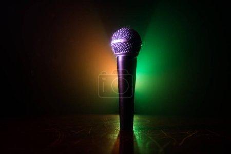 Photo pour Microphone pour le son, la musique, le karaoké en studio audio ou sur scène. Technologie micro. Voix, fond de divertissement de concert. Matériel de diffusion vocale. Live pop, performance musicale rock - image libre de droit