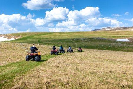 Photo pour Amis de conduite hors route avec motos quad ou VTT et Utv véhicules. - image libre de droit