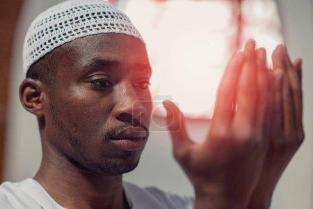Photo pour L'homme musulman prie dans la mosquée . - image libre de droit