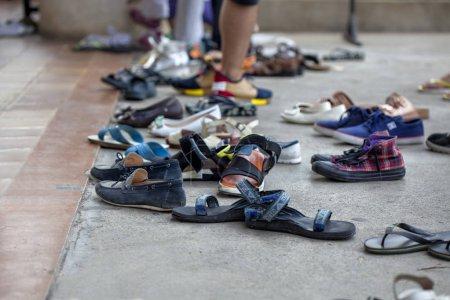 Photo pour Les gens enlèvent leurs chaussures sur les marches devant l'entrée d'un temple célèbre - image libre de droit