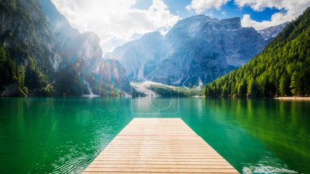 Photo pour Lac Braies dans les montagnes Dolomites Seekofel en arrière-plan, Sudtirol, Italie. Le lac de Braies est également connu sous le nom de Lago di Braies. Le lac est entouré par les montagnes qui se reflètent dans l'eau. - image libre de droit