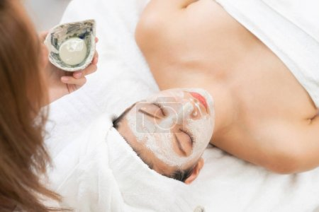 Photo pour Belle femme ayant un traitement de gommage cosmétique du visage par un dermatologue professionnel au spa de bien-être. Anti-âge, soin de la peau du visage et concept de style de vie de luxe. - image libre de droit