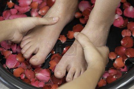 Photo pour Bain de pieds bouillonnant massage soin par un massothérapeute professionnel dans la station thermale de luxe. Bien-être, stress relief et rajeunissement concept. - image libre de droit