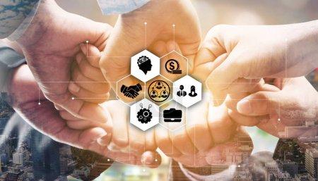Photo pour Équipe de gens d'affaires unissant leurs mains montrant le travail d'équipe, la collaboration et l'unité . - image libre de droit
