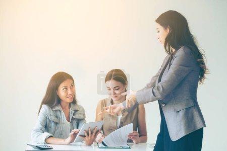 Photo pour Femmes d'affaires multiculturelles, groupe de travail discutent à la réunion de groupe au bureau. Coopération de la diversité ethnique. - image libre de droit