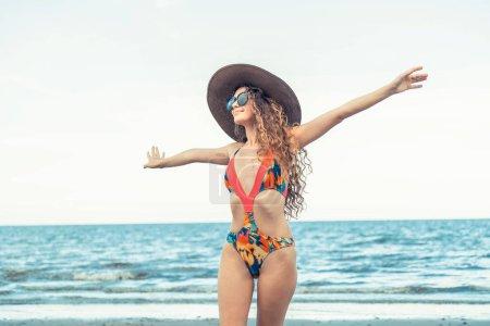 Photo pour Joyeux jeune femme portant maillot de bain avoir du bon temps à la plage tropicale en été pour les vacances Voyage vacances . - image libre de droit