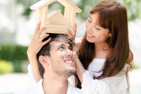 junges Paar plant, ein Haus zu kaufen und glücklich zu leben.