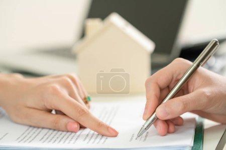 Photo pour Document du client signes concernant l'activité immobilière. Point de points avocat ou un agent immobilier à la signature. Concept d'entreprise de vente et achat de maison. - image libre de droit