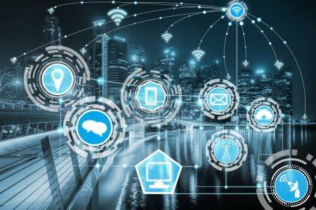Foto de Red de comunicación inalámbrica de ciudad inteligente Mostrar gráfico concepto de internet de las cosas (Iot) y tecnología de la comunicación de la información (TIC) contra edificios de la ciudad moderna al fondo - Imagen libre de derechos