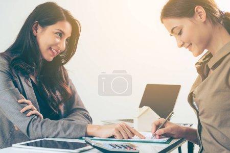 Photo pour Le client signe un document concernant l'activité immobilière. Avocat ou agent immobilier pointe au point de signature. Concept d'entreprise de vente et d'achat de maison . - image libre de droit