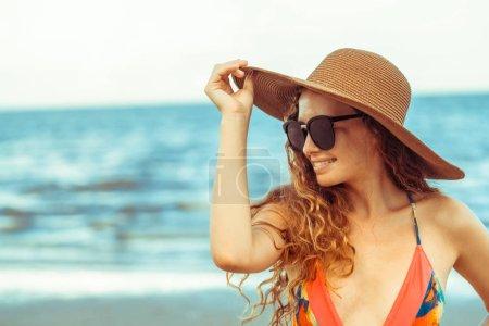 Foto de Feliz joven mujer llevar traje de baño pasar buen rato en la playa tropical en verano para vacaciones viajes - Imagen libre de derechos