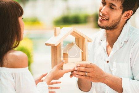 Photo pour Jeune couple prévoyant d'acheter une maison et d'avoir une vie heureuse . - image libre de droit