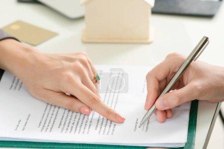 Photo pour Une femme d'affaires signe un contrat avec une autre femme d'affaires au bureau. Gros plan sur la main de la femme. Concept de partenariat d'affaires et activités juridiques de l'avocat . - image libre de droit