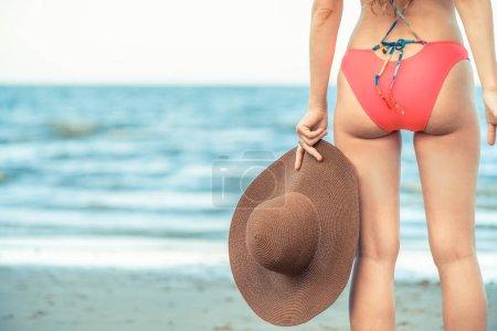 Foto de Feliz joven mujer llevar traje de baño pasar buen rato en la playa tropical en verano para vacaciones viajes. - Imagen libre de derechos