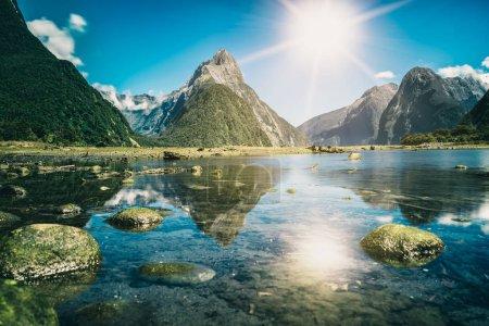 Milford Sound, Nouvelle-Zélande. - Mitre Peak est le point de repère emblématique de Milford Sound dans le parc national de Fiordland, île du Sud de la Nouvelle-Zélande, l'attraction naturelle la plus spectaculaire de Nouvelle-Zélande .