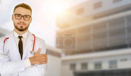Un joven médico que trabaja en el hospital. Servicio de atención médica y personal médico.