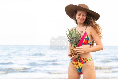 Photo pour Heureuse jeune femme porte le maillot de bain sur la plage de sable tropicale en été pour des vacances vacances voyage. - image libre de droit