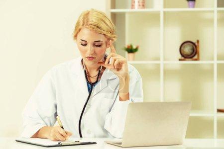 Photo pour Jeune femme médecin travaillant au bureau de l'hôpital. Concept de médecin et soins de santé. - image libre de droit