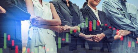 Photo pour Double exposition les gens d'affaires se tenant la main montrant la relation des travailleurs, l'unité et le travail d'équipe. Concept de recrutement des ressources humaines et des personnes . - image libre de droit