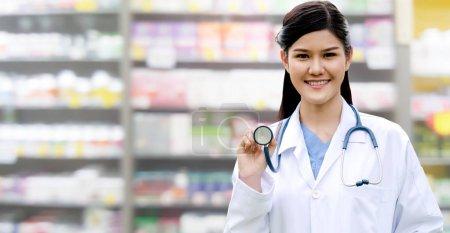 Photo pour Médecin ou pharmacien professionnel à l'hôpital ou à la pharmacie. Entreprise de soins médicaux et service médical. - image libre de droit