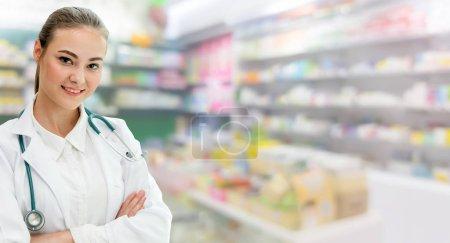 Photo pour Une pharmacienne qui travaille à la pharmacie. Soins médicaux et service du personnel médical . - image libre de droit