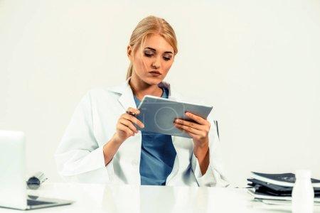 Photo pour Femme médecin en hôpital ou Institut de soins de santé travaillent sur un rapport médical à la table de bureau. - image libre de droit