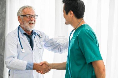 Photo pour Médecin senior travaillant avec un autre médecin à l'hôpital. Concept de soins médicaux et de formation du personnel médical . - image libre de droit