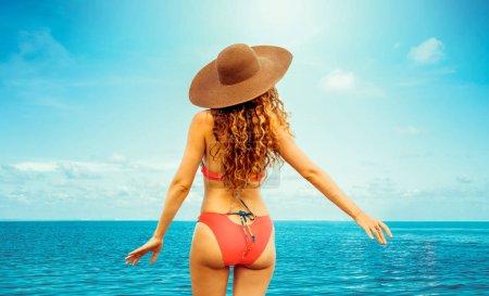 Foto de Feliz joven mujer llevar traje de baño en el resort de playa tropical de arena en verano para vacaciones viajes - Imagen libre de derechos