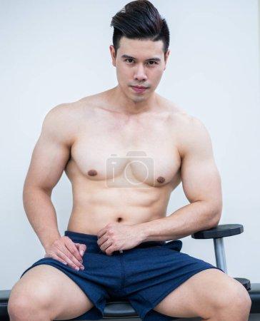 Photo pour Bodybuilder homme musculaire dans la formation de gymnastique de remise en forme avec haltères. Style de vie sain et concept de musculation . - image libre de droit