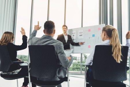 Photo pour Femmes et hommes d'affaires participant à la conférence de réunion du groupe dans la salle de bureau. Concept d'équipe d'entreprise. - image libre de droit
