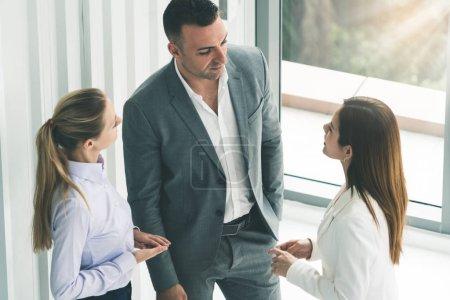 Foto de Empresario ejecutivo es en reuniones de discusión con mujeres empresarias de colega en la oficina de trabajo moderno. Concepto de equipo de empresas de personas. - Imagen libre de derechos