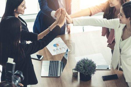 Photo pour Femmes d'affaires, joignant les mains à la réunion de groupe à la salle de bureau moderne montrant le travail d'équipe et l'unité de soutien dans le travail et les affaires. Notion de puissance et de la féminité femelle. - image libre de droit