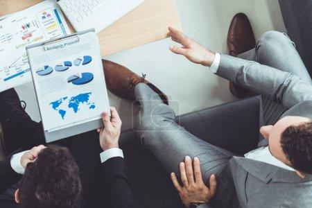 Foto de Empresario es en reuniones de discusión con otro socio empresario en oficina de trabajo moderno. Concepto de equipo de empresas de personas. - Imagen libre de derechos