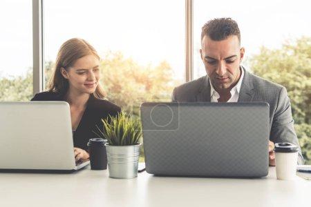 Foto de Empresario ejecutivo es en reuniones de discusión con un compañero de empresaria en la oficina de trabajo moderno. Concepto de equipo de empresas de personas. - Imagen libre de derechos