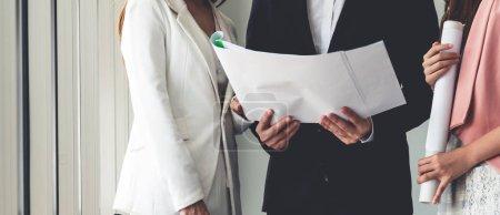 Foto de Hombre de negocios se encuentra en reunión de discusión con mujeres empresarias de colega en la oficina de trabajo moderno. Concepto de equipo de empresas de personas. - Imagen libre de derechos