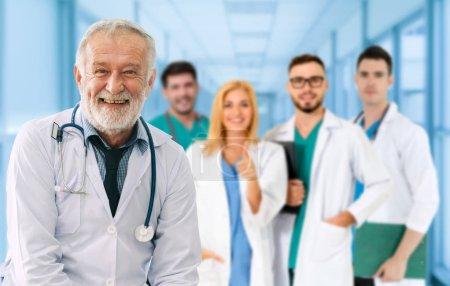 Photo pour Groupe de personnes de soins de santé. Médecin professionnel travaillant dans le Bureau de l'hôpital ou clinique avec d'autres médecins, les infirmières et les chirurgien. Technologie médicale recherche Institut et médecin personnel du concept de service. - image libre de droit