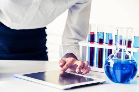Photo pour Femme scientifique travaillant au laboratoire et examen biochimie échantillon dans le tube à essai. Développement et recherche en sciences technologie étudient la notion. - image libre de droit