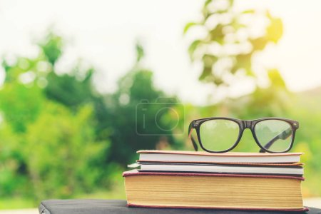 Photo pour Livres de style rétro soft focus et lunettes avec fond nature. Concept de lecture et d'éducation . - image libre de droit