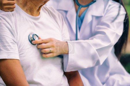 Photo pour Médecin amical prenant soin de l'homme âgé dans le jardin de l'hôpital. Concept de services médicaux et médicaux . - image libre de droit