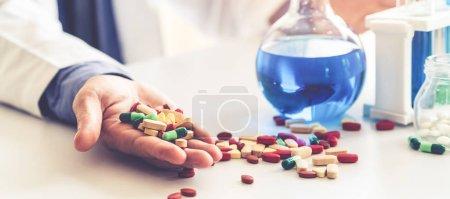 Medikamentenpillen und Tabletten im Forschungslabor.