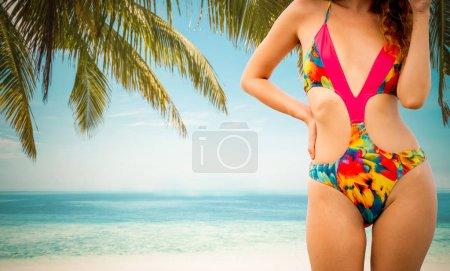 Photo pour Joyeux jeune femme en maillot de bain à la station balnéaire de sable tropical en été pour les vacances Voyage vacances . - image libre de droit