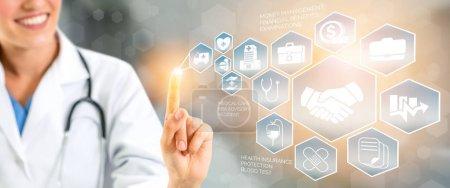 Photo pour Assurance santé Concept - médecin à l'hôpital avec l'assurance lié icône affichage de l'interface graphique santé de personnes, argent planification, gestion des risques, traitement médical et bénéficier de la couverture. - image libre de droit