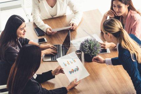 Photo pour Femme d'affaires dans la discussion générale réunion avec d'autres collègues de femmes d'affaires au bureau de travail moderne avec ordinateur portable et documents sur la table. Concept d'équipe de personnes entreprise travail. - image libre de droit