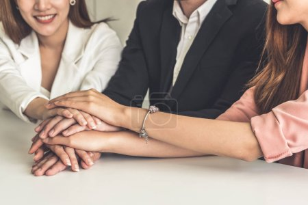 Photo pour Hommes et femmes d'affaires, joignant les mains à la réunion de groupe au bureau multiculturelle, montrant le travail d'équipe et l'unité de soutien en affaires. Lieu de travail diversité et personnes entreprise travail concept. - image libre de droit