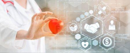 Photo pour Concept d'assurance maladie - Médecin à l'hôpital avec interface graphique d'icône liée à l'assurance maladie montrant les professionnels de la santé, la planification financière, la gestion des risques, le traitement médical et les prestations de couverture . - image libre de droit