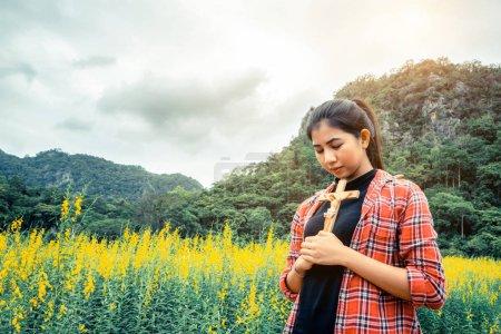 Photo pour Jeune belle femme priant sur fond de nature. Espoir et concept de foi . - image libre de droit