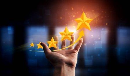 Photo pour Commentaires des clients satisfaction sondage concept. L'utilisateur donne une note à l'expérience de service sur la demande en ligne. Le client peut évaluer la qualité du service menant au classement de réputation de l'entreprise. - image libre de droit