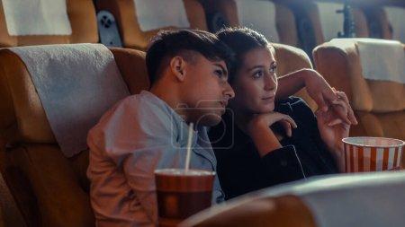 Photo pour Les gens regardent des films au cinéma. Activité récréative de groupe et concept de divertissement. - image libre de droit
